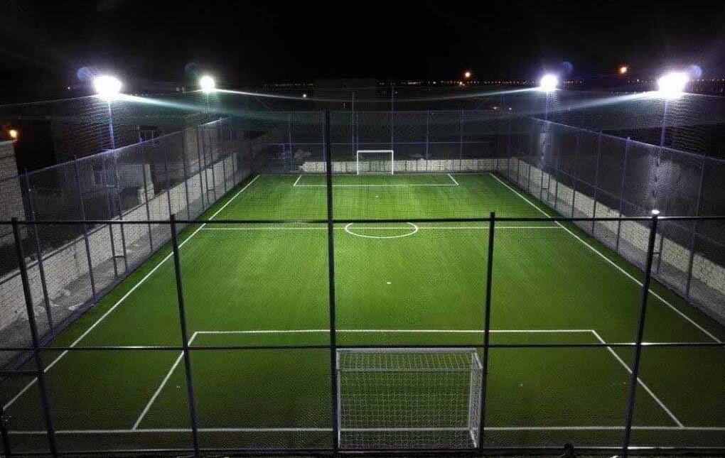Comment les travaux de construction en fer des terrains de football extérieurs doivent-ils être réalisés?